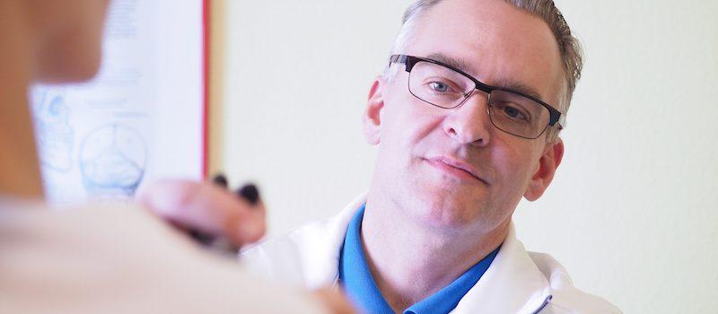 Heilpraktiker Ralf Kaufmann bei der Behandlung in Mannheim